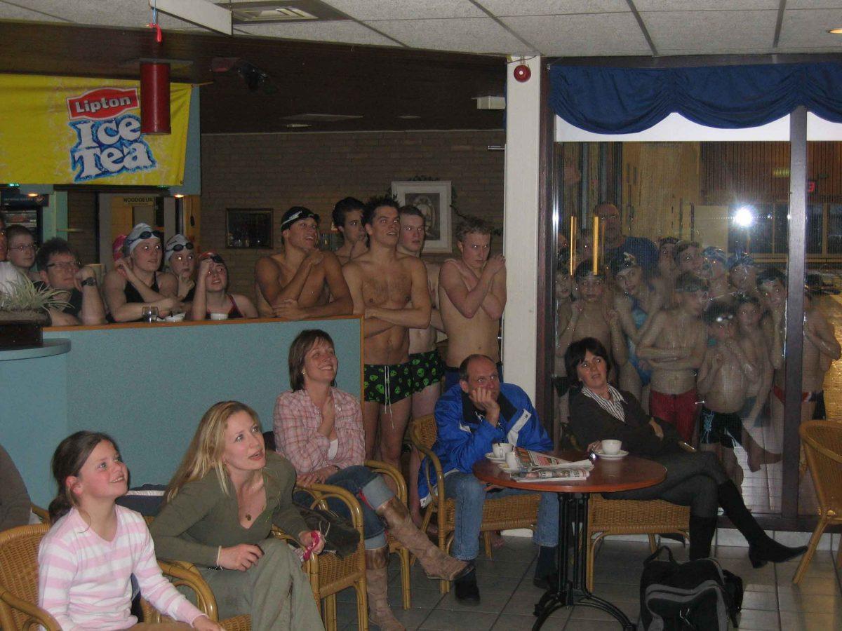 Supporters in de kantine