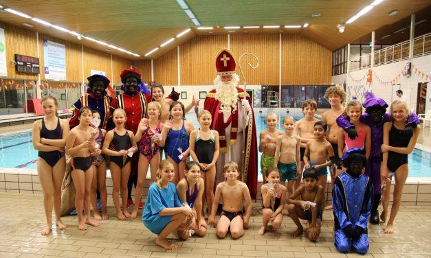 Sinterklaas was ook bij leszwemmen