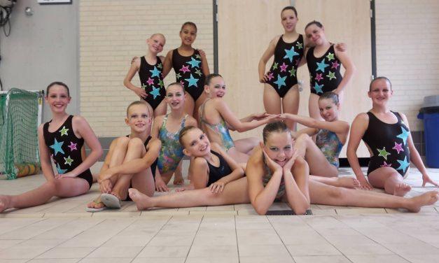 Jonge synchroonzwemsters scoren op regionale wedstrijd