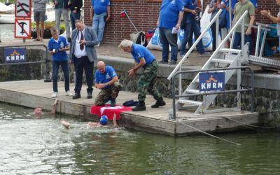 Zware omstandigheden voor Leonie en Linda bij IJsselmeer-oversteek (NK IJsselmeer Zwemmarathon)
