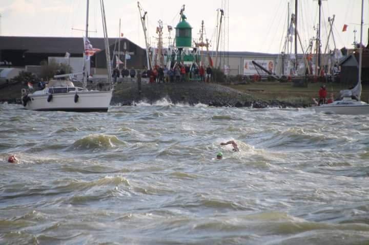 Leonie en Linda zwemmen NK IJsselmeer Zwemmarathon